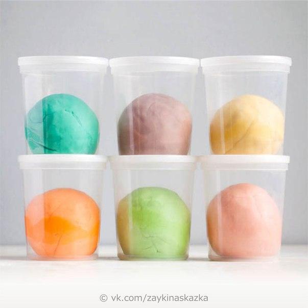 ТЕСТО ДЛЯ ЛЕПКИ СВОИМИ РУКАМИ Самый лучший рецепт теста для лепки. Масса получается податливой, пластичной, затвердевает на воздухе.Потребуются:Горячая вода 2 стаканаРастительное масло 1 ст.