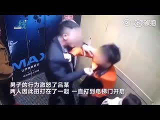 Мужик навалял курящему в лифте