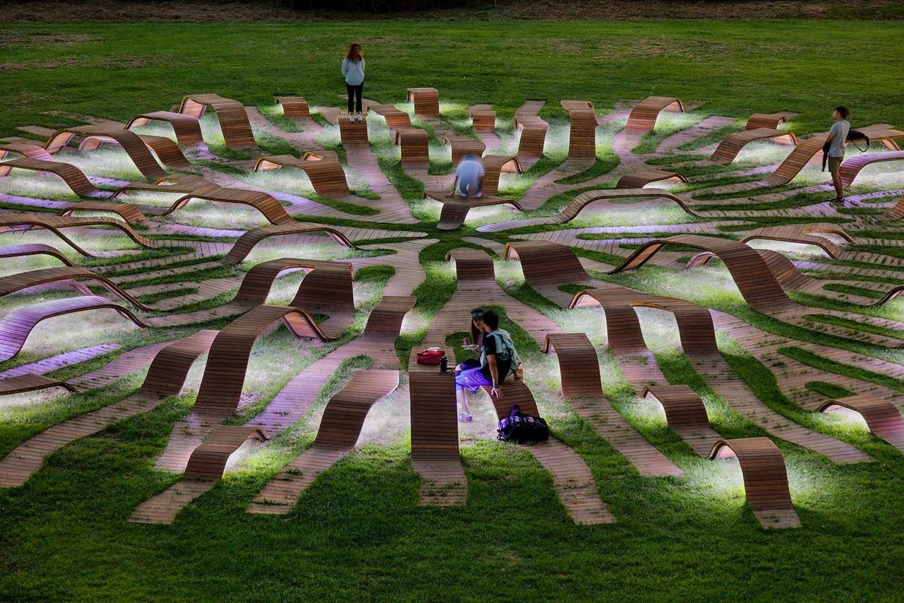 Система корнеподобных скамей южнокорейском общественном парке