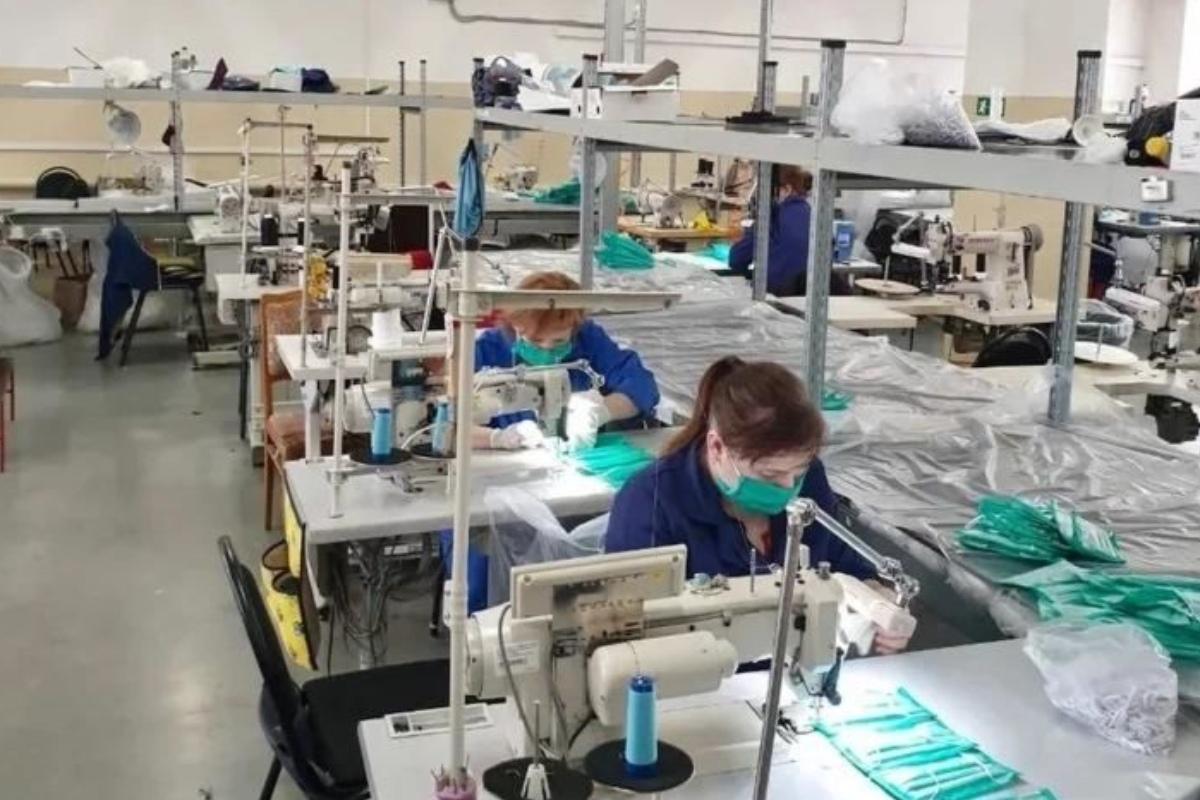 В городе Таганроге местные предприятия продолжают производить защитные маски и антисептики для рук
