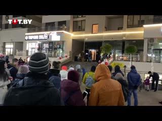 Коллектив 'Требуем разойтись!' выступает перед жителями ЖК 'Маяк Минска' вечером 21 октября