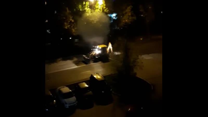 Бешеный трактор портит новый асфальт на Уралмаше