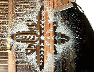 СНЕЖИНКИ НА СТЕКЛЕ Понадобятся: зубная паста, зубная щетка, емкость, водаВырезаем из бумаги снежинку. Слегка увлажнив ее водой, приклеиваем снежинку на стекло. Излишки жидкости вокруг снежинки