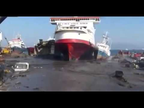 Корабль причалил на свалку The ship docked in a landfill