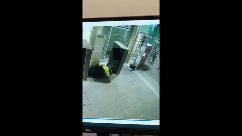 ЭТО ПИЗДЕЦ ТОВАРИЩИБразильянка была не очень рада спящему бомжу потому просто облила его бензином и подожгла Девушку задерж