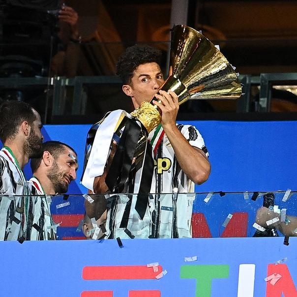 «Ювентусу» вручили золотые медали и кубок за победу...