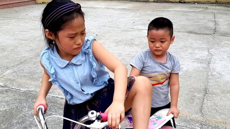 Ba huong dan di xe dap Gia Linh em Co tranh nhau xe de tap di