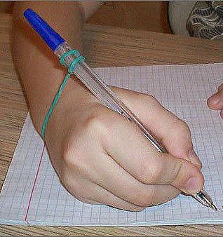 Как научить ребенка правильно держать ручку-карандаш. Родителям на заметку.1. Возьмите салфетку и разделите ее пополам. Если взять целую, она будет слишком большой для маленькой детской ручки.