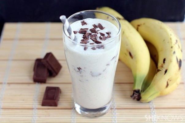 САМЫЙ ВКУСНЫЕ МОЛОЧНЫЕ КОКТЕЙЛИ 1.МОЛОЧНО-БАНАНОВЫЙ ИНГРЕДИЕНТЫ: 1 банан200 г пломбира2 ч. л. какао0,5 ч. л. ванильного сахара300 мл молокаПРИГОТОВЛЕНИЕ: 1. Режем банан кружочками.2. Все