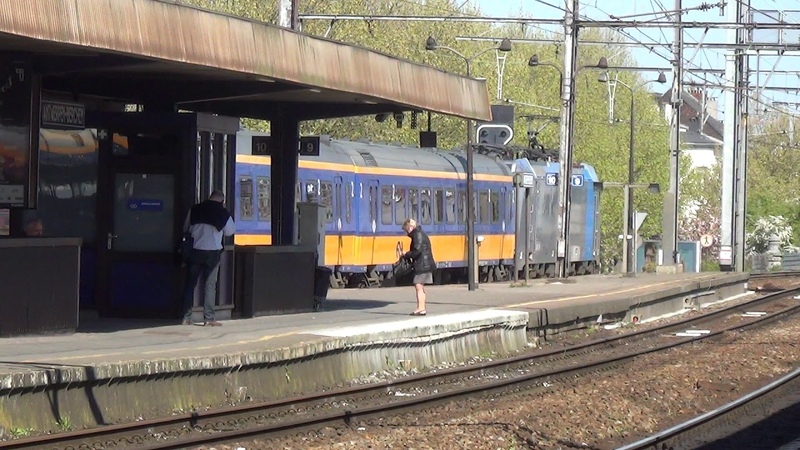Traxx 2863 met IC Brussel vertrekt uit station Antwerpen Berchem