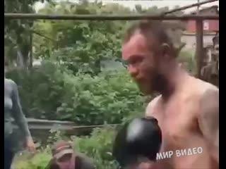 Конор в неравной битве!