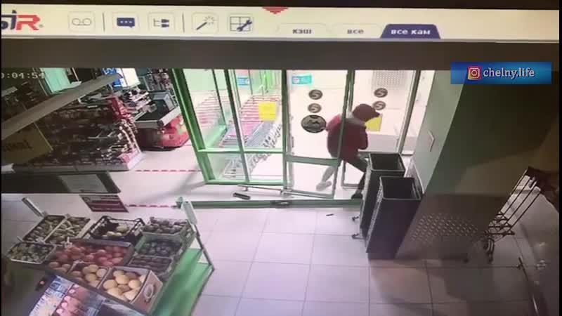Грабит магазин
