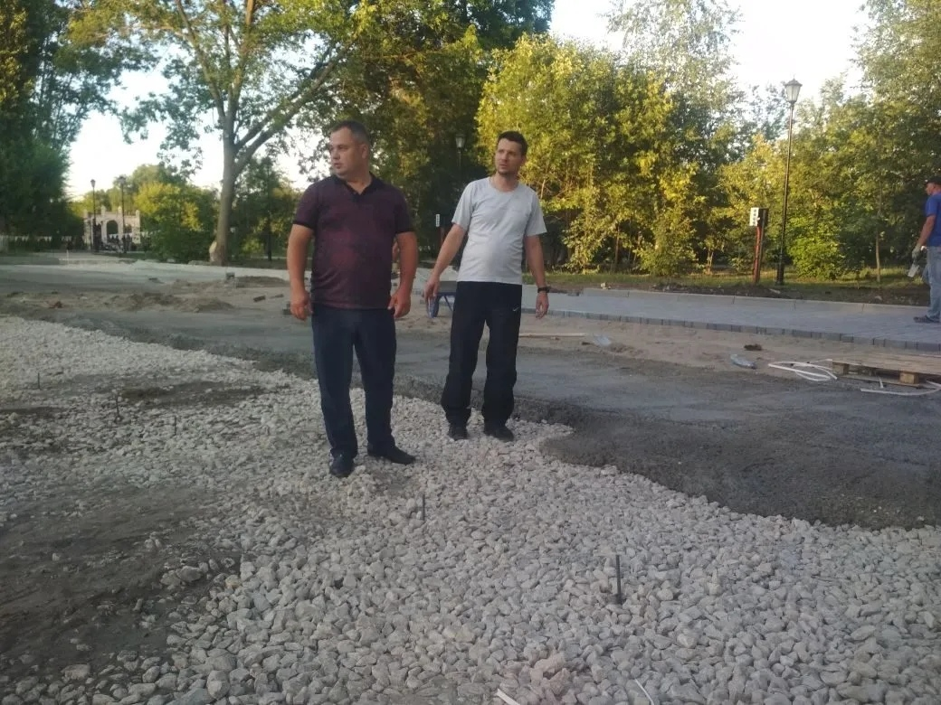Градоначальник Андрей Морозов проинспектировал, как проводится третий этап реконструкции горпарка Петровска