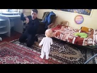 Папа танцует с дочкой