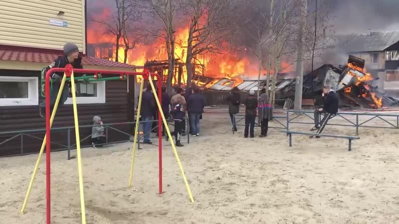 Мальчик из города Ноябрьск, качающийся на качелях рядом с горящим домом!