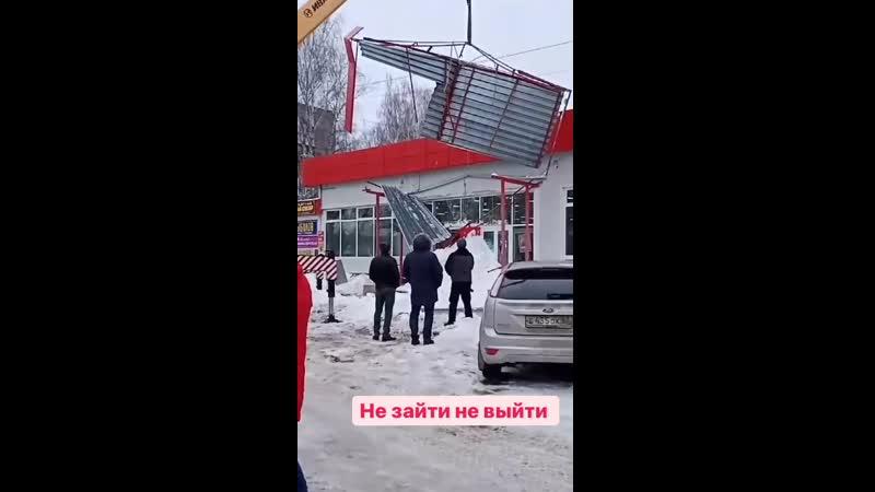 Вход в супермаркет завалило снегом