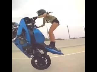 Девушка рассекает на дорогах