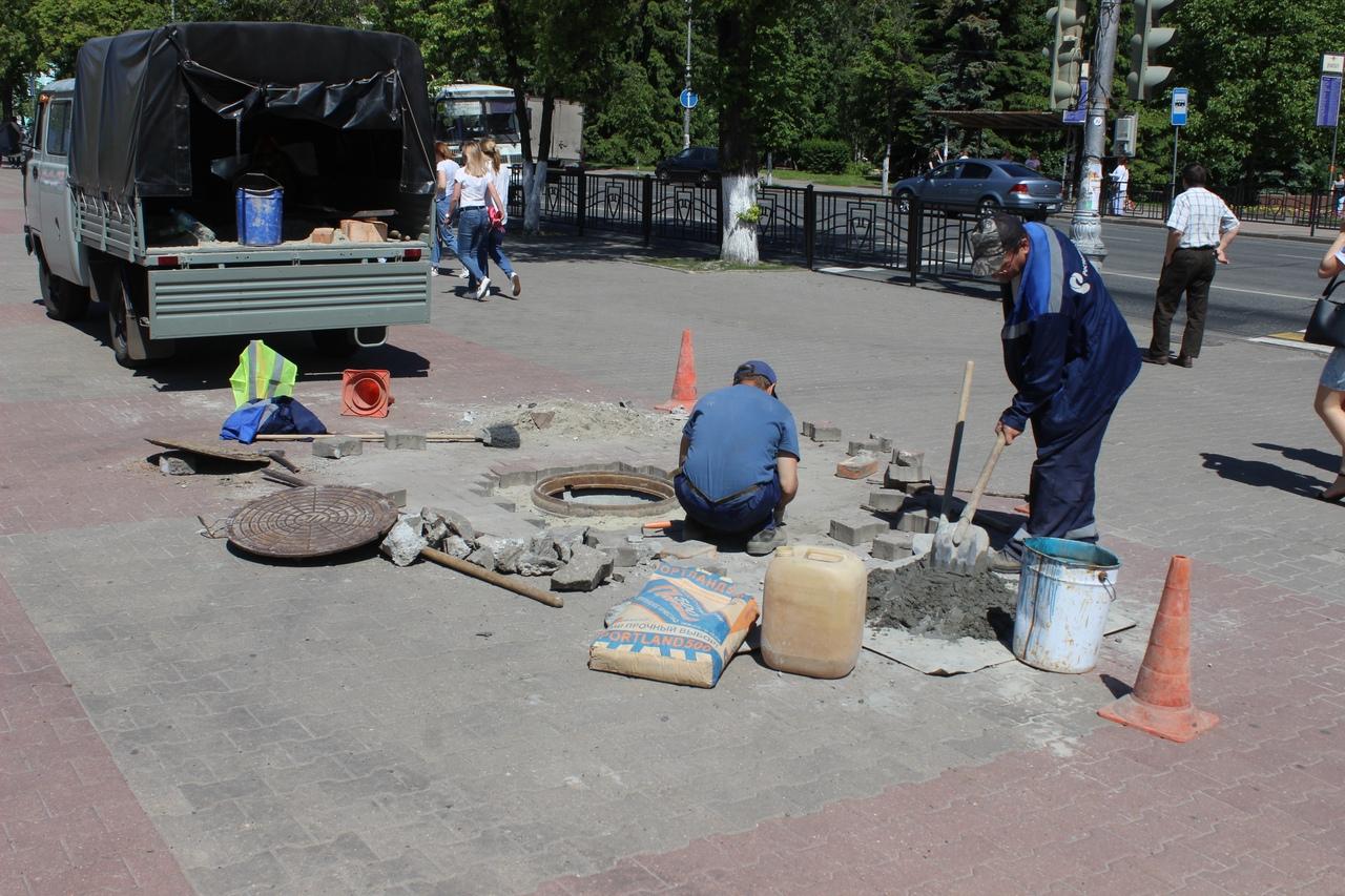 На Театральной площади Курска восстанавливают тротуарную плитку