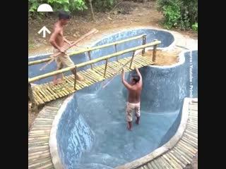 Построили бассейн из того, что было под рукой