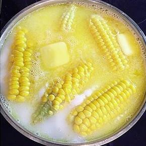 ВАРЕНАЯ КУКУРУЗА ПО САМОМУ ЛУЧШЕМУ В МИРЕ РЕЦЕПТУ Хотим поделиться с вами классным рецептом приготовления вареной кукурузы . Кукуруза получается мягкой, вкусной, ароматной! Раньше подобную в