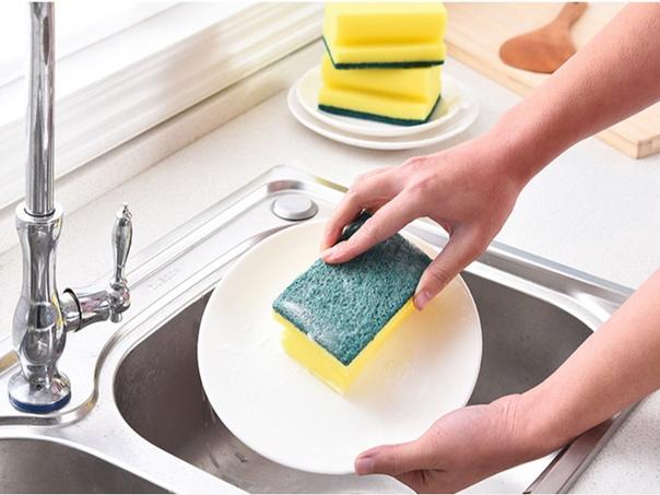 Используйте губку для мытья посуды для очистки труднодоступных мест