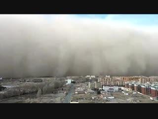 Китайский город накрыла песчаная буря