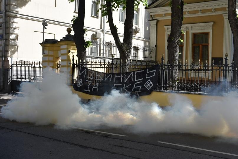«Извинись заЕкб»: урезиденции патриарха Кирилла вМоскве разбросали дымовые шашки