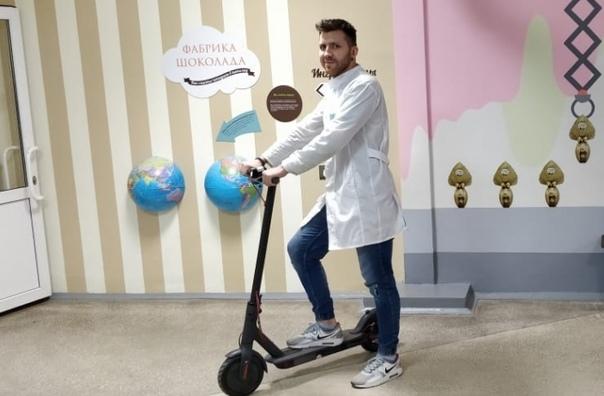 Челябинская больница выдала сотрудникам самокаты для быстрого доступа к пациентам Главврач поликлиники 8 города Челябинска в социальных сетях поделился новостью. Вот, что он написал: Педиатр на
