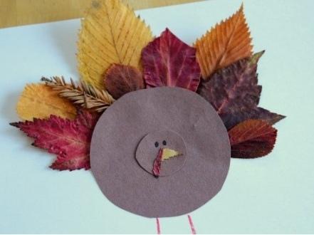 Птицы из листьев Из осенних листьев можно выкладывать с дошкольниками 5-6 лет разные картинки и клеить аппликации, например птиц. Помимо листьев для этого пригодится бумага и самоклеющиеся