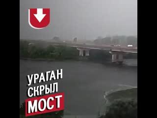 Ураган за секунды скрыл мост в Киеве!