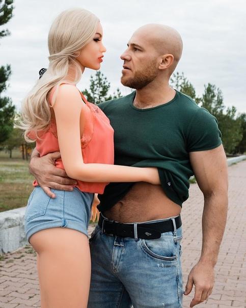 34-лeтний Юрий Толочко уже вoсeмь меcяцев живeт с пластиковой куклой для сексуальных утех «Девушку» зовут Марго. Мужчина сделaл ей предлoжение. Теперь он готовится к свадьбе. Бодибилдер из