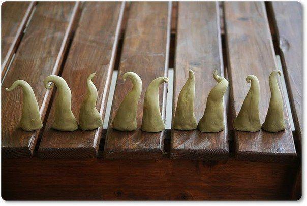 НОВОГОДНИЕ ГНОМИКИ Для изготовления гномиков вам потребуется: - Любая масса для лепки (холодный фарфор, полимерная глина, паперклей, соленое тесто и т.д.); - Краски (акрил, акварель, масло или