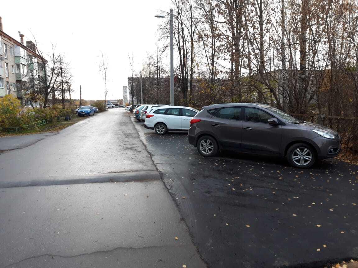 Во многих дворах автомобилисты оставляют свой транспорт