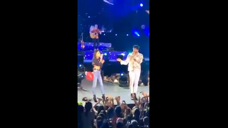 Тини и Себастьян поют песню Cristina в Мельдине, Колумбия (20/10\19)