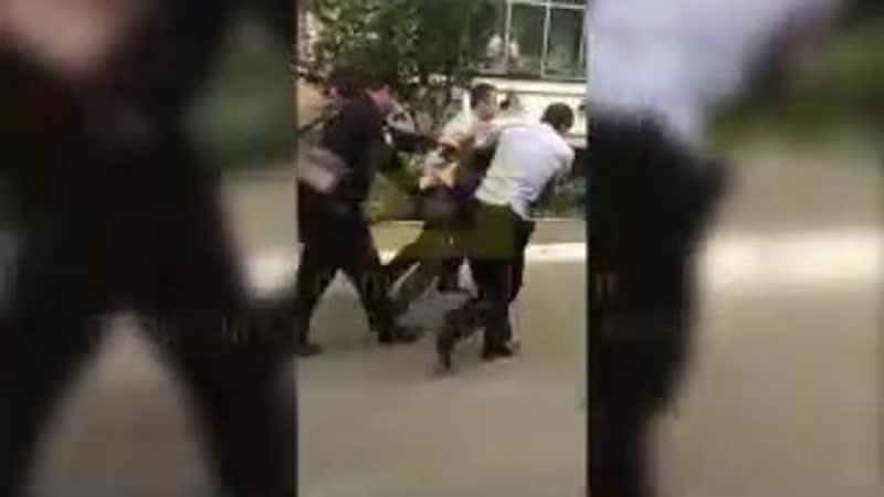 В Саранске спасли младенца, которого пьяный отец пытался выбросить из окна  Сообщение о том, что неадекватный мужчина выбрасывае