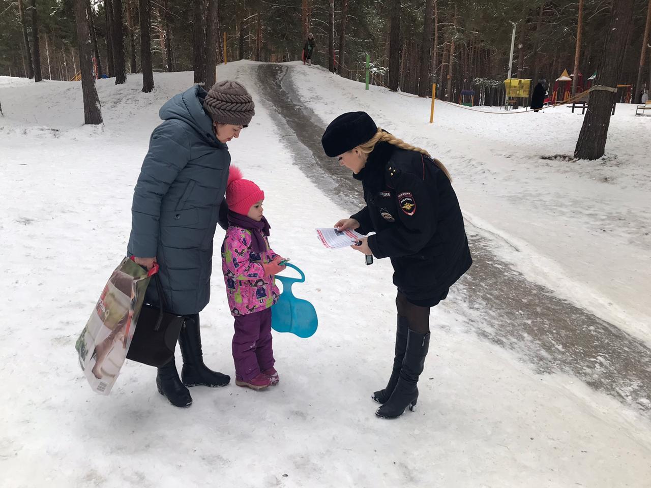 Сотрудники Госавтоинспекции Волжска проверяют снежные горки и проводят с детьми беседы