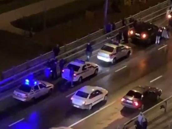 Неадекватная женщина выбросила детей с моста и попыталась себя убить. Случай произошел позавчера в Москве. Женщина ехала в маршрутке с двумя маленькими детьми и в какой-то момент без причины