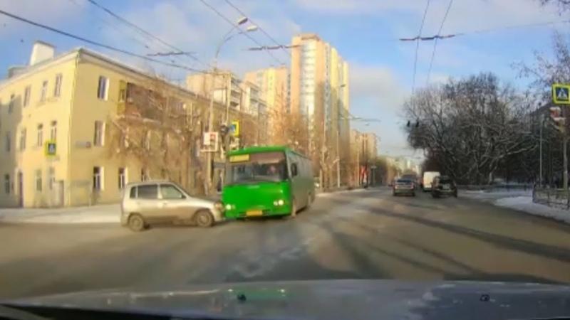 В Екб автобус врезался в поток машин. Real Video