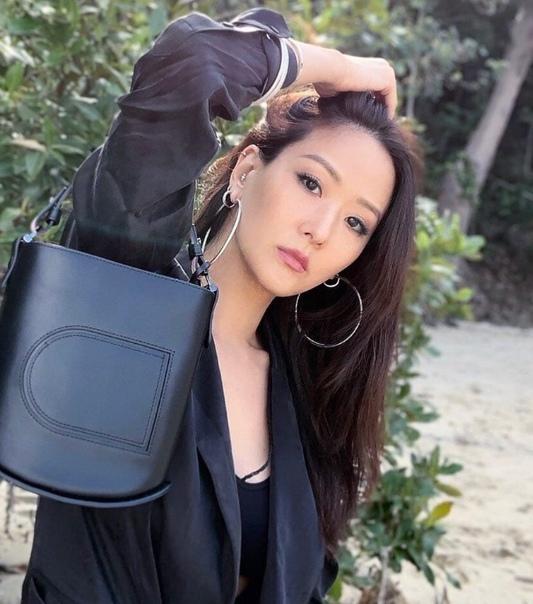 41-летняя мaмочка из Тайваня прославилась на весь мир своей внешностью В свои годы женщина выглядит чуть ли не моложе своей 20-летней дочери. С первого взгляда сложно понять, где мама, в где