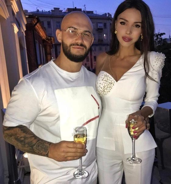 Оксана Самойлова сняла обручальное кольцо.