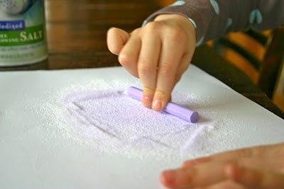 ЛЕТНИЕ ПОДЕЛКИ ДЛЯ ДЕТЕЙ РАДУГА В БУТЫЛКЕ. Какой ребенок не любит играть с песком или рисовать мелом на асфальте Предлагаем вам внести разнообразие в детские забавы, предложив малышу