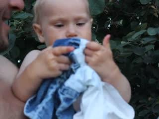 Аделина кормит платьем папу