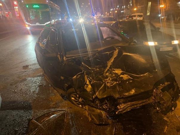 Две легковушки столкнулись лоб в лоб на Московском...