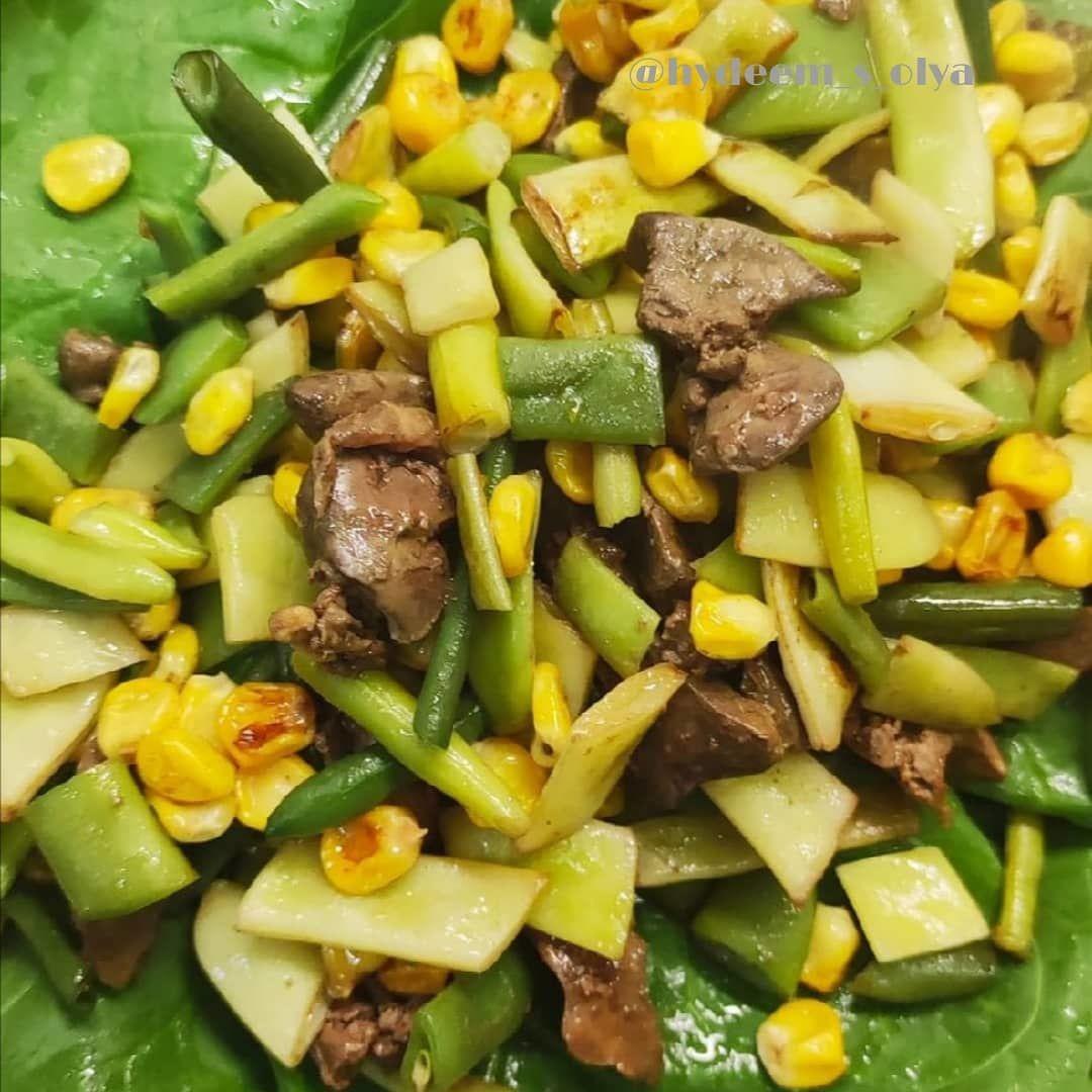 Тёплый салат из печени, кукурузы, зелёной фасоли и шпината