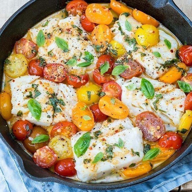 Треска в свежем томатном соусе с базиликом