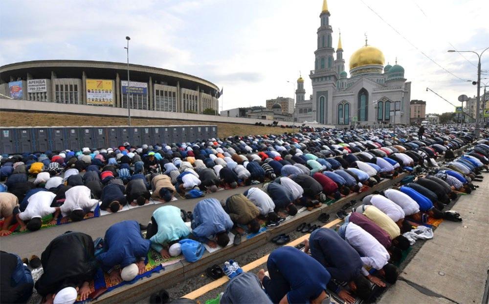 Мусульмане призвали построить в Москве больше мечетей из-за нехватки мест для прихожан.