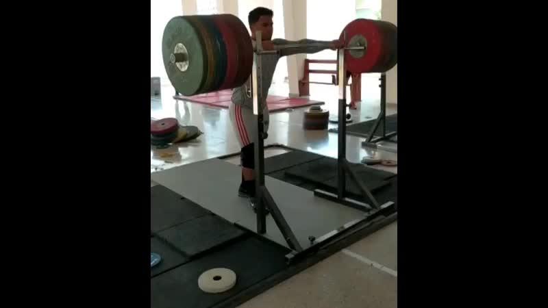 Кейдомар Валленилла приседает со штангой на груди 280 кг