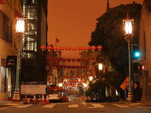 Сан-Франциско (штат Калифорния, США накрыло плотным оранжевым туманом из-за лесных пожаров. Дым от пожаров в городе наблюдают уже в несколько недель. В некоторых районах в воздухе летает пепел.