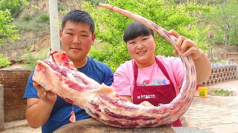 """陕北霞姐 280元8斤牛尾巴,霞姐做 红烧牛尾""""招待朋友,大肉上桌猛香了,朋友明天还想来!"""