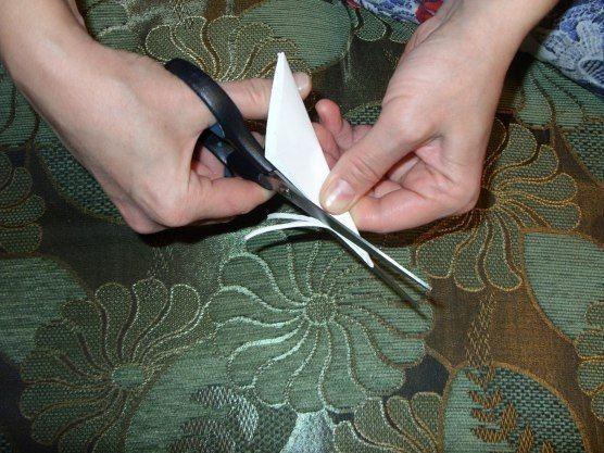 ПУШИСТАЯ СНЕЖИНКА - Вырезаем квадрат из листа бумаги. Сгибаем его по диагонали.- Затем сгибаем получившийся треугольник пополам.- Сгибаем ещё раз пополам. Такую заготовку делали для вырезания